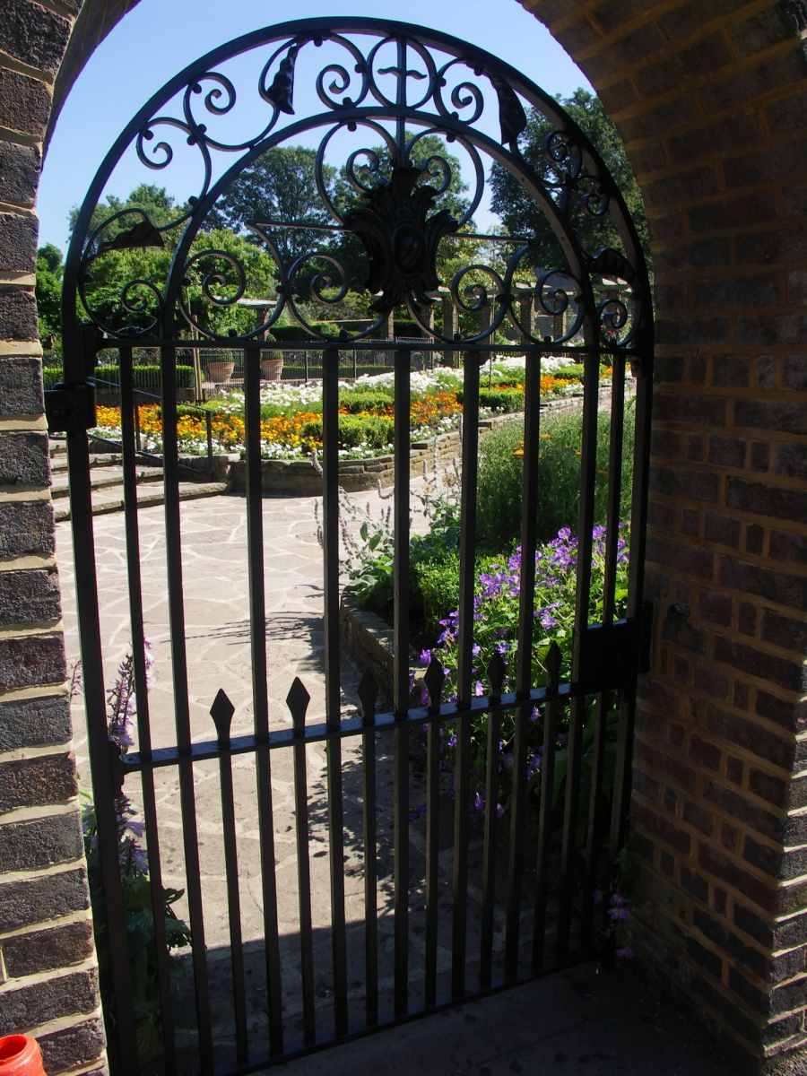 golders-hill-park-gate-02